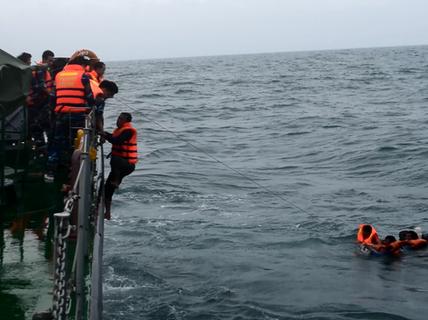 Tàu cùng 8 thuyền viên bị đâm chìm trong đêm ở Lạch Huyện
