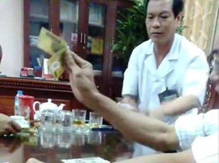 Cảnh cáo giám đốc bệnh viện đánh bài ăn tiền