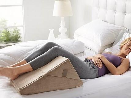 Kê chân cao khi ngủ: tốt hay nguy hiểm?