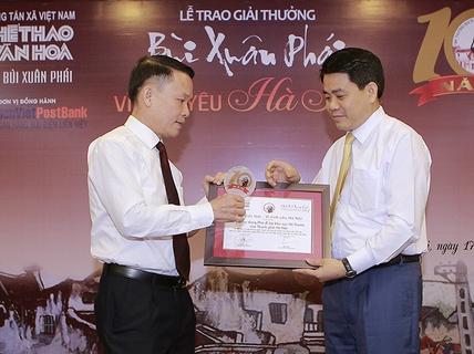 Chủ tịch Hà Nội Nguyễn Đức Chung nhận giải Bùi Xuân Phái