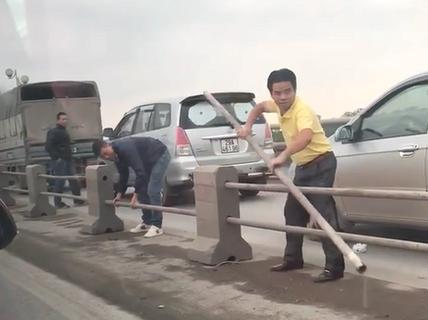 Tước bằng tài xế tháo dải phân cách trên cầu Thanh Trì