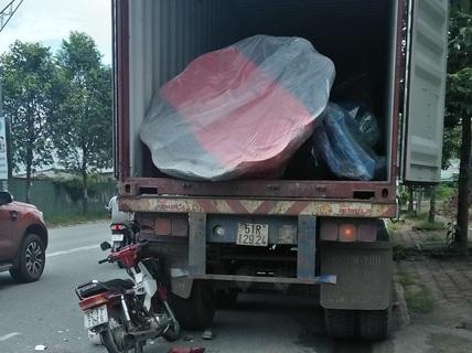 Tử vong sau khi tông vào xe container