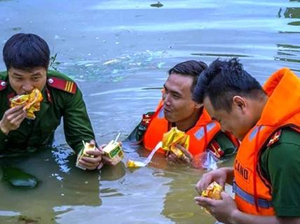 Công an, bộ đội dầm mình trong nước ăn vội, giúp dân chống lũ dữ