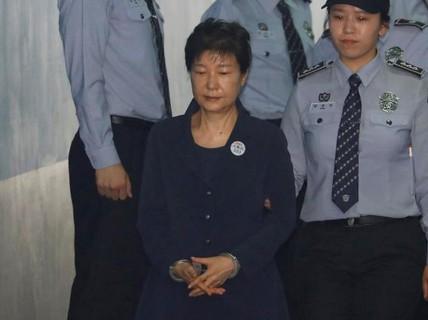 """Bà Park Geun-hye bị còng tay hầu tòa, """"bạn thân"""" Choi rơi lệ hối lỗi"""