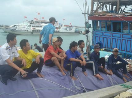 Cứu 19 ngư dân Khánh Hòa và Quảng Ngãi gặp nạn trên biển