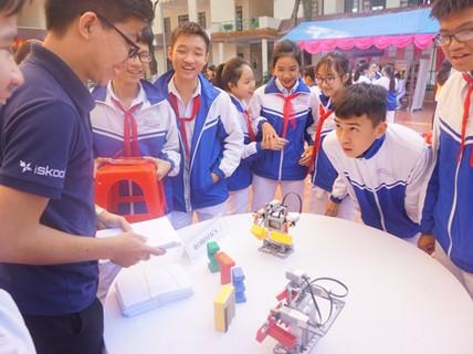 Học sinh vùng cao hò reo với robot, thí nghiệm khoa học