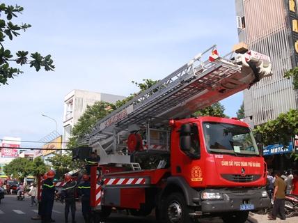 Cháy lớn tại quán Karaoke, gần 100 cảnh sát tham gia chữa cháy
