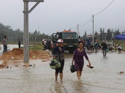 Lũ bất ngờ xuất hiện, hàng ngàn học sinh Bình Định nghỉ học