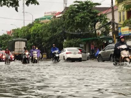 Mưa trắng trời, TP Vinh ngập sâu, giao thông hỗn loạn