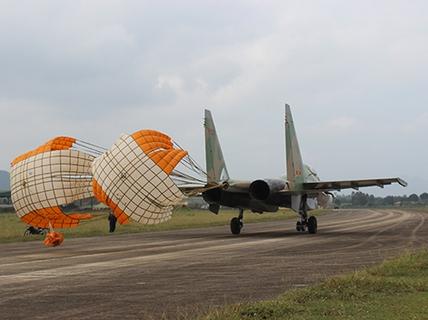 Phi công mưu trí xử lý tình huống Su-30MK2 còn 1 động cơ