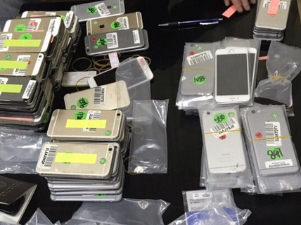 1 phụ nữ Trung Quốc quấn 140 iPhone quanh người qua cửa khẩu