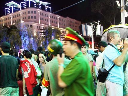 Trinh sát mật phục bắt nhóm móc túi ở đường hoa Nguyễn Huệ