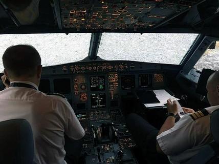 Trúng mưa đá, máy bay nát mũi hạ cánh an toàn nhờ phi công anh hùng