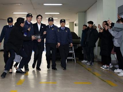 """""""Thái tử"""" Samsung bị truy tố tội đưa hối lộ"""