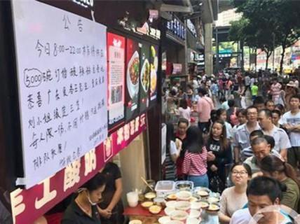 Tìm được nhẫn cầu hôn, doanh nhân đãi hàng ngàn người ăn mì