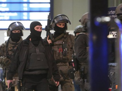 Tấn công bằng rìu ở nhà ga Đức, nhiều người bị thương