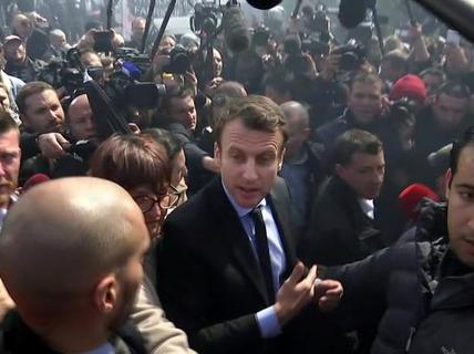 """Pháp: Bà Le Pen """"phục kích"""" ông Macron"""