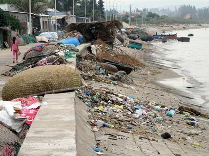 Bất lực nhìn biển Ninh Thuận ngập rác