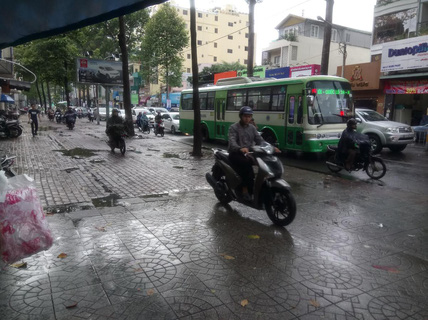 Thói quen chạy xe máy trên vỉa hè