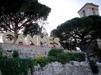 """LHP Cannes: Chống khủng bố bằng 400 chậu hoa """"khủng"""""""