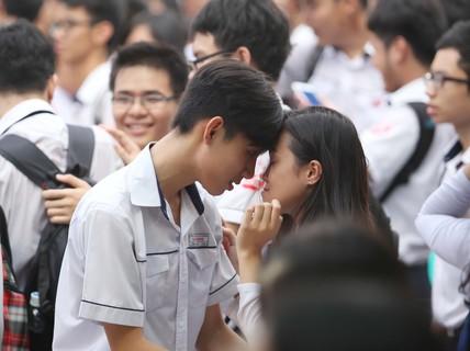 Học trò Gia Định bật khóc trong lễ trưởng thành