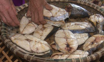 """""""Chết thèm"""" nhìn nướng cá bằng than ở Cửa Lò ngày rét"""