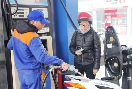 Đồng loạt giảm giá xăng dầu 200-300 đồng/lít