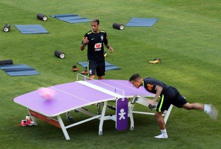 """Chơi """"bóng bàn"""" thua trận, Neymar bị búng tai"""
