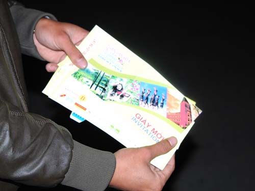 Giấy mời được cho là giả rất dễ gãy, không có đường cắt đứt đoạn để xé vé
