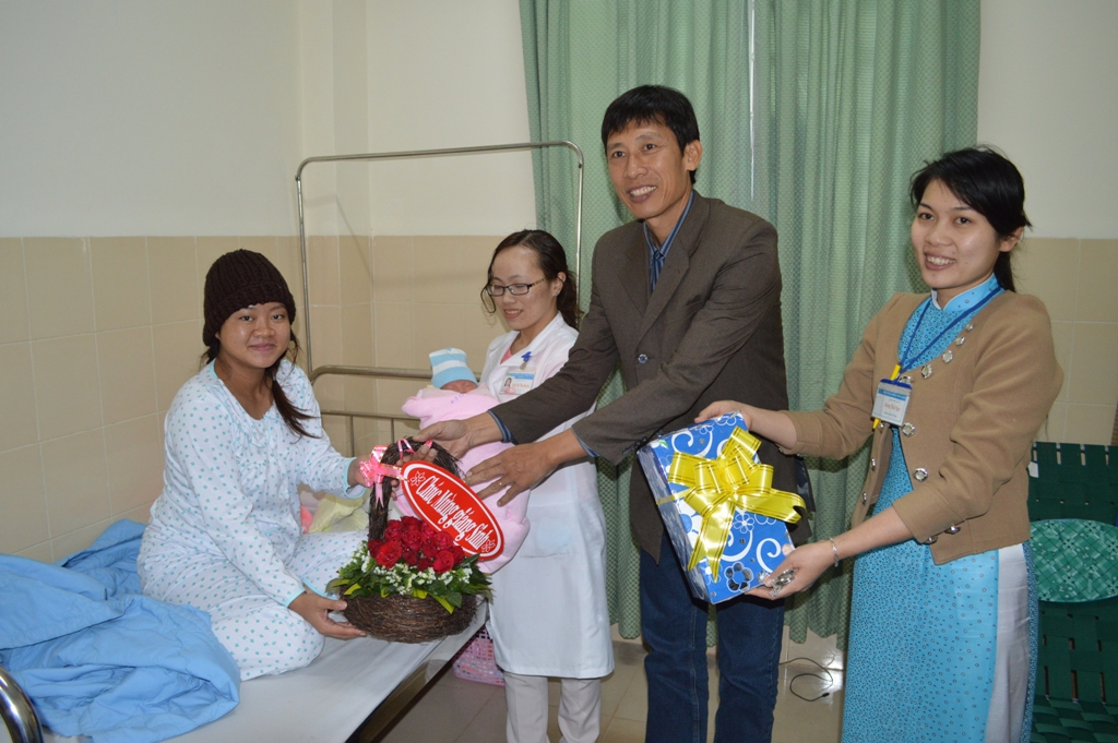 Lãnh đạo bệnh viên thăm và tặng quà cho gia đình bé gái chào đời bằng phương pháp thụ tinh nhân tạo
