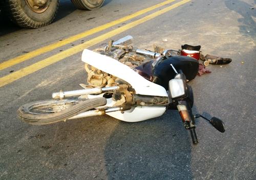 Chiếc xe máy biến dạng sau khi đâm vào đầu xe cứu thương.