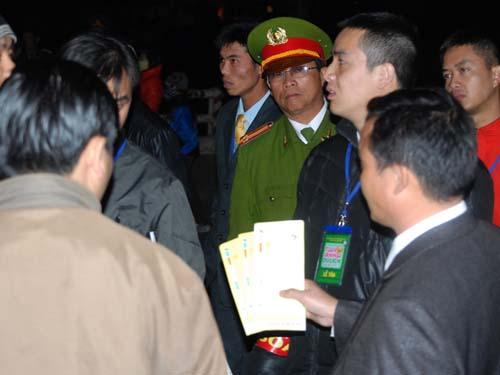 Thành viên ban tổ chức giải thích và cho phép những người có giấy mời giả vào tham dự