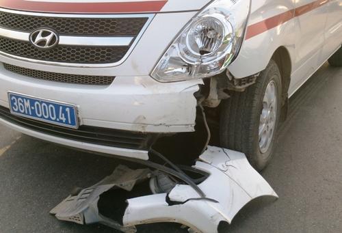 Một phần đầu xe cứu thương bị rơi rụng sau cú đâm.