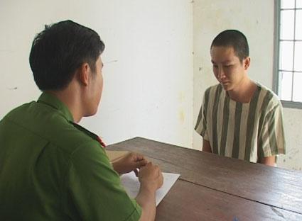 Nguyễn Văn Tuyền (bên phải) khai báo hành vi phạm tội trước cơ quan điều tra.