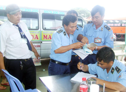 Lực lượng Thanh tra giao thông kiểm tra hoạt động của các doanh nghiệp vận tải tại Bến xe TP.Vũng Tàu.
