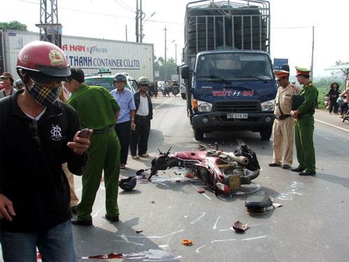 Va chạm với xe tải, 2 người chết tại chỗ