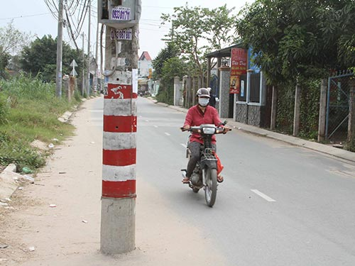 Trụ điện giữa đường
