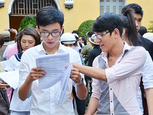 Thí sinh thi vào Trường ĐH Kinh tế TP HCM năm 2013 Ảnh: TẤN THẠNH