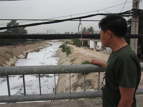 Bọt trắng phủ kín kênh Ba Bò những ngày gần đây Ảnh: Minh Khanh