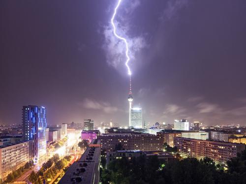 Sét đánh trúng đỉnh tháp truyền hình Fernsehturm ở Berlin, Đức
