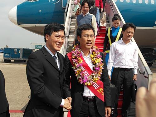 Lãnh đạo Cảng Hàng không quốc tế Tân Sơn Nhất chúc mừng vị khách thứ 20 triệu