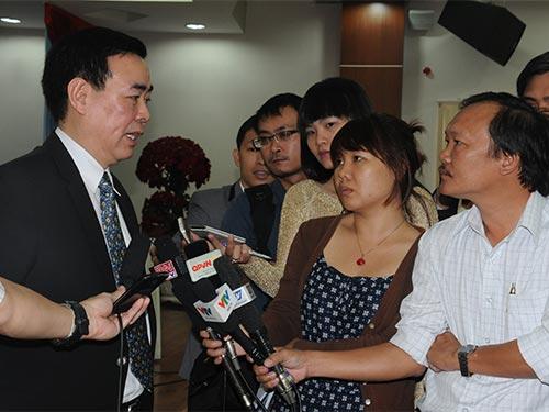 Ông Đào Trần Nhân, Tham tán Công sứ Mỹ, trao đổi với báo chí Ảnh: HỒNG THÚY