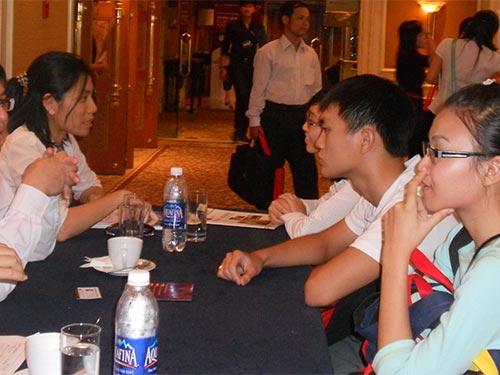 Học sinh trao đổi thông tin với các cựu du học sinh tại triển lãm  du học Úc