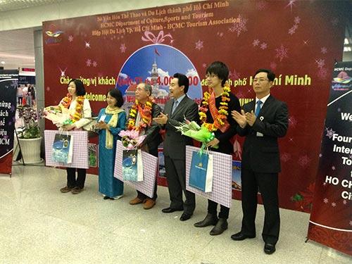 Lãnh đạo ngành du lịch TP HCM tặng hoa cho 3 vị khách Nhật