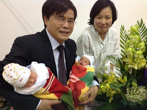 Bác sĩ Vương Văn Vệ và cặp song sinh được thụ tinh từ tinh trùng của người cha đã mất