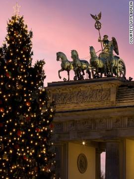Cây thông Noel trước cổng Brandenburg. Ảnh: CNN
