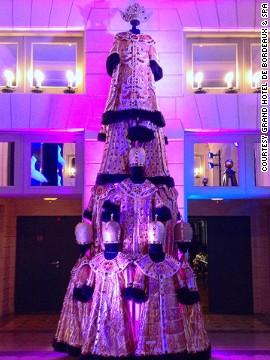 Cây thông Noel làm bằng trang phục opera. Ảnh: CNN