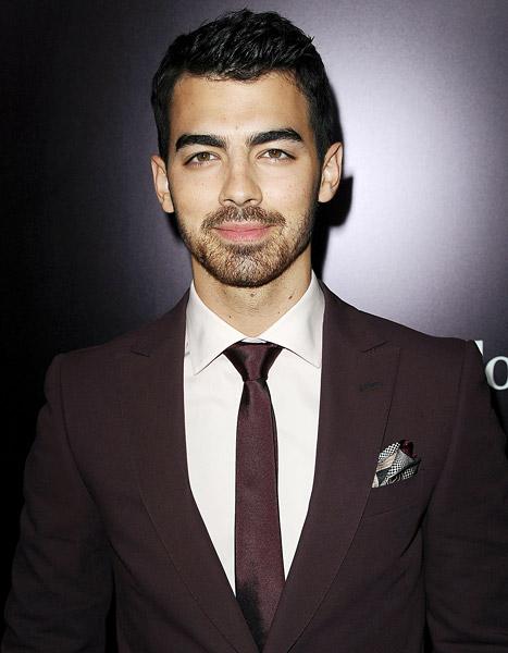 Joe Jonas quan hệ tình dục từ năm 20 tuổi và từng bị
