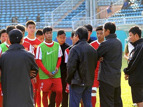 Bầu Đức (hàng đầu, thứ hai từ trái sang) dặn dò các tuyển thủ U19 Việt Nam trước  khi tham dự Giải U19 quốc tế tại TP HCM vào đầu tháng 1-2014 Ảnh: MINH TRẦN