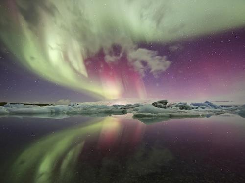Những tảng băng khổng lồ lấp lánh dưới ánh sáng Mặt trời ở đầm băng Jökulsárlón